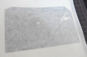 カッティングシートに粘着性のある紙を被せてよく接着させます